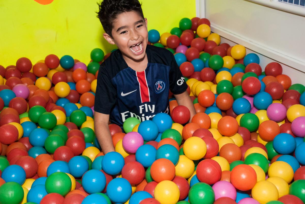 brincando na piscina de bolinhas no Buffet Salakaboom aniversário de Gabrile 7 anos, tema da festa Paris San German