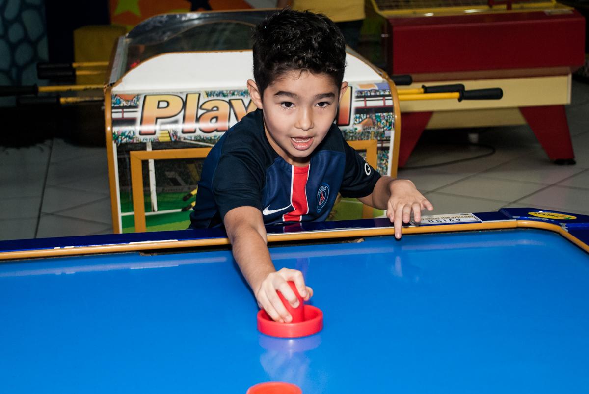 jogo de futebol de mesa no Buffet Salakaboom aniversário de Gabrile 7 anos, tema da festa Paris San German