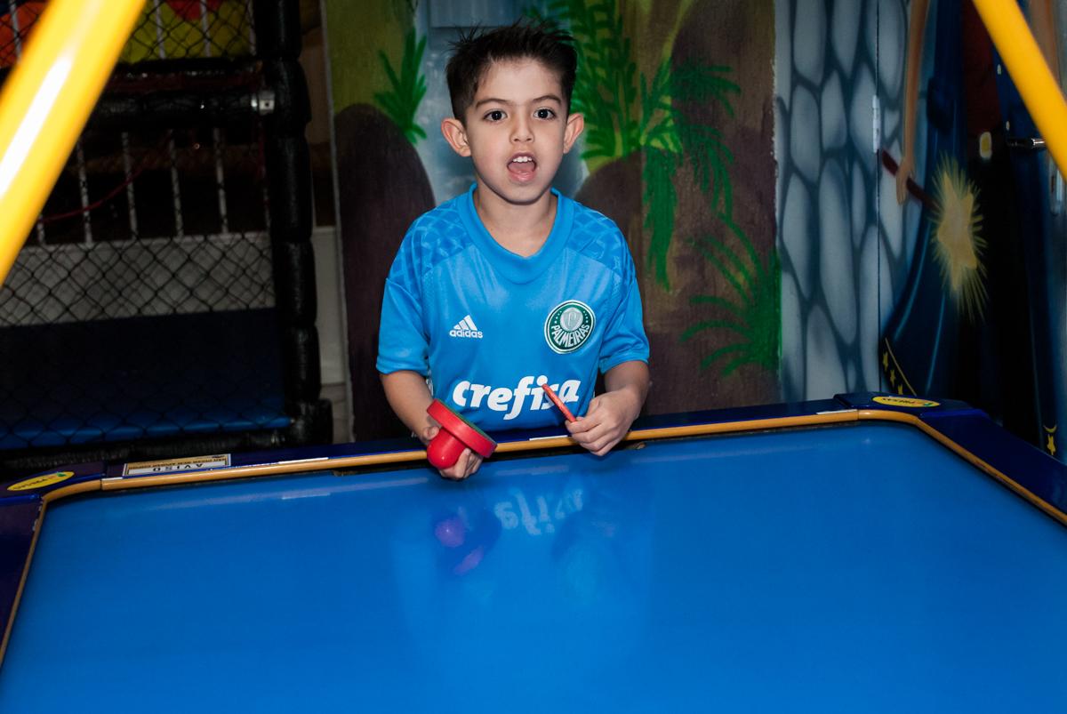 comemorando gol no futebol de mesa no Buffet Salakaboom aniversário de Gabrile 7 anos, tema da festa Paris San German