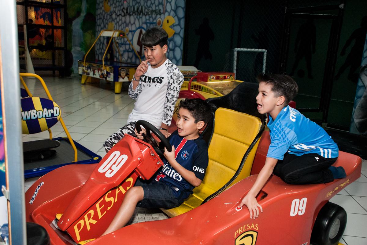 simulador de corridas no Buffet Salakaboom aniversário de Gabrile 7 anos, tema da festa Paris San German