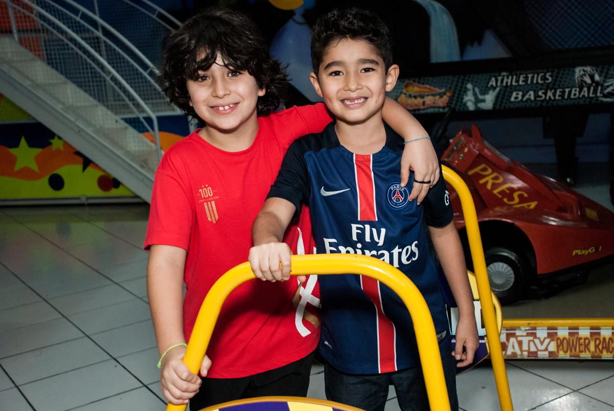 posando para a foto com o amigo no Buffet Salakaboom aniversário de Gabrile 7 anos, tema da festa Paris San German
