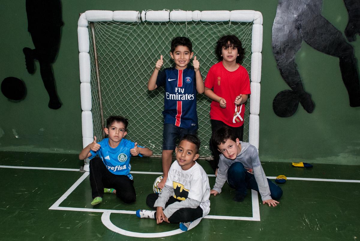 jogadores posam para a foto no Buffet Salakaboom aniversário de Gabrile 7 anos, tema da festa Paris San German