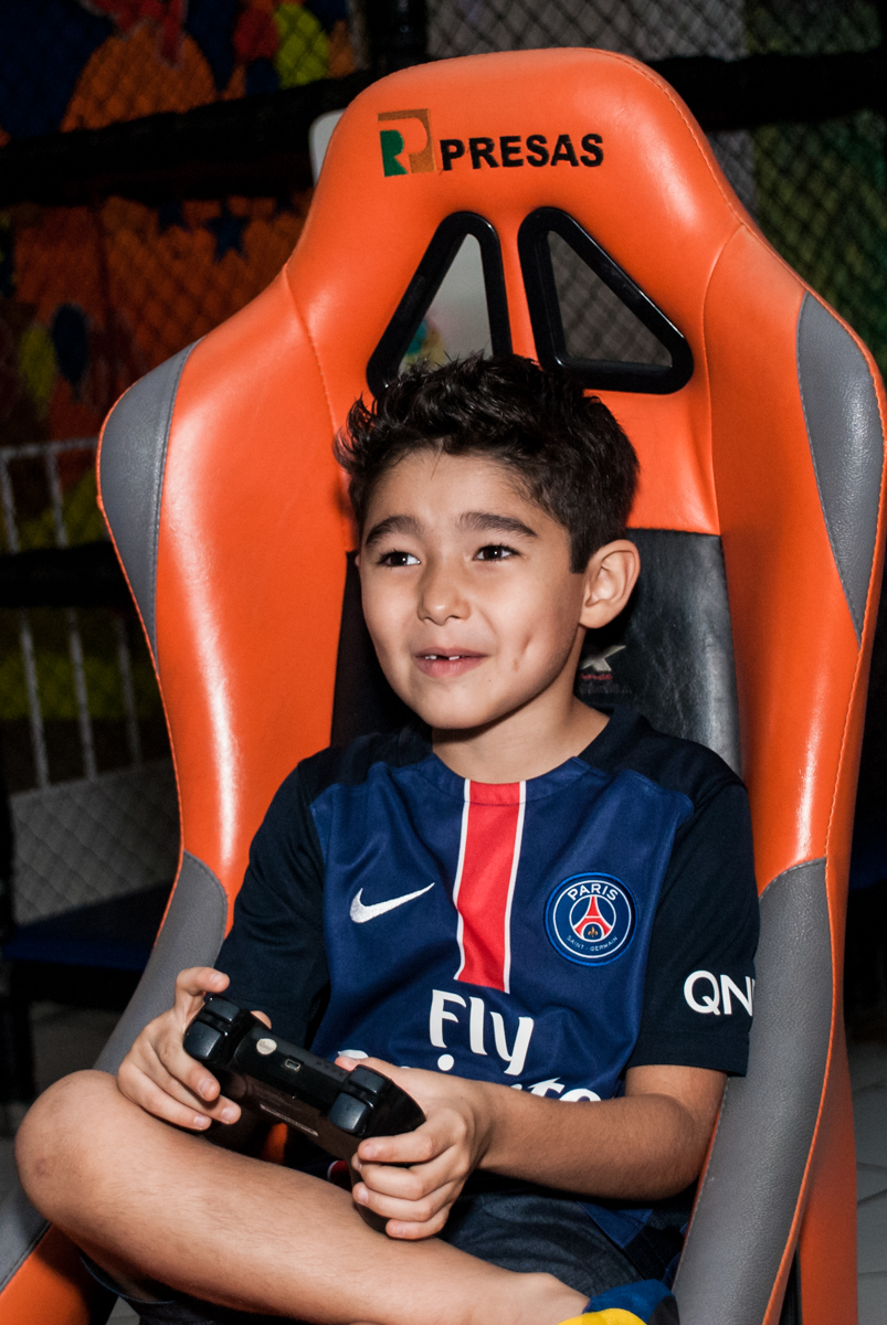 aniversariante brinca no simulador de corridas no Buffet Salakaboom aniversário de Gabrile 7 anos, tema da festa Paris San German