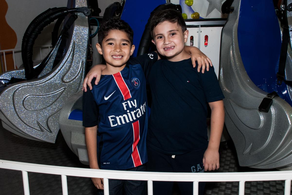 abraço do amigo no Buffet Salakaboom aniversário de Gabrile 7 anos, tema da festa Paris San German