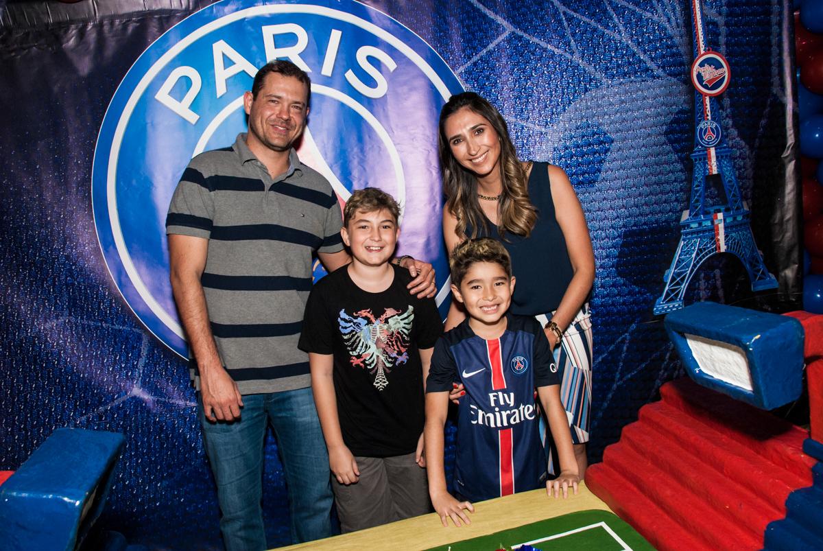 hora do parabéns no Buffet Salakaboom aniversário de Gabrile 7 anos, tema da festa Paris San German