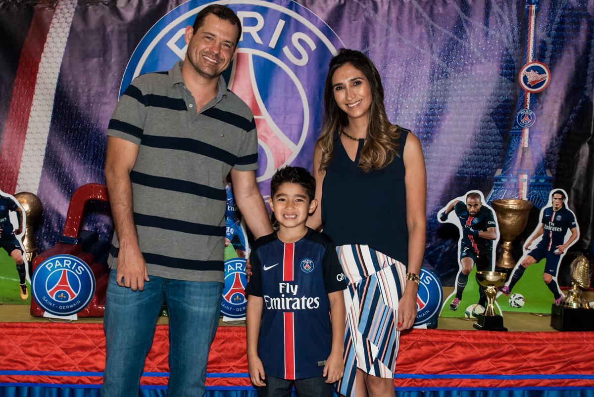 foto com os pais no Buffet Salakaboom aniversário de Gabrile 7 anos, tema da festa Paris San German