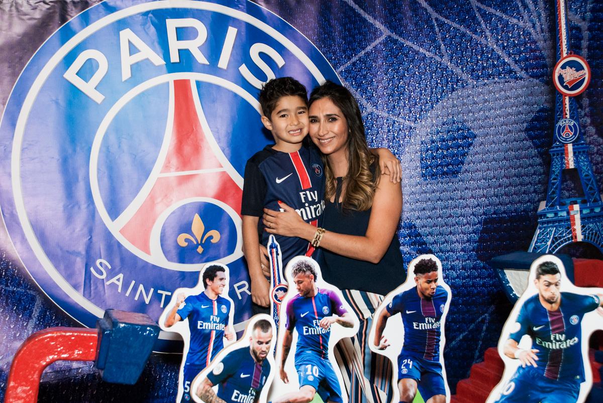 foto mãe e filho no Buffet Salakaboom aniversário de Gabrile 7 anos, tema da festa Paris San German