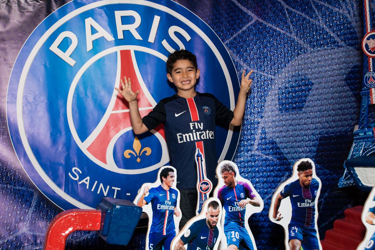 posando para a foto no Buffet Salakaboom aniversário de Gabrile 7 anos, tema da festa Paris San German