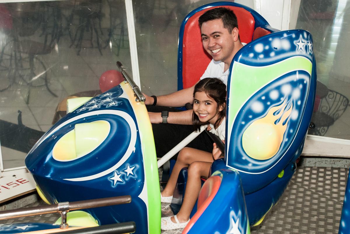 pai e filha se diverte no jornada nas estrelas no Buffet Fábrica da Alegria, Morumbi, São Paulo, aniversário de Isabela 6 anos, tema da festa Elena de Avalor