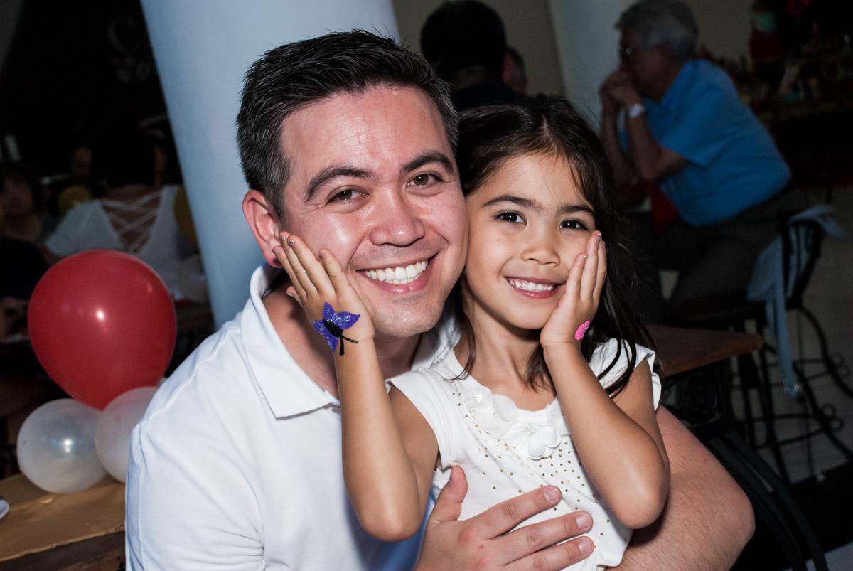 carinho do papai no Buffet Fábrica da Alegria, Morumbi, São Paulo, aniversário de Isabela 6 anos, tema da festa Elena de Avalor