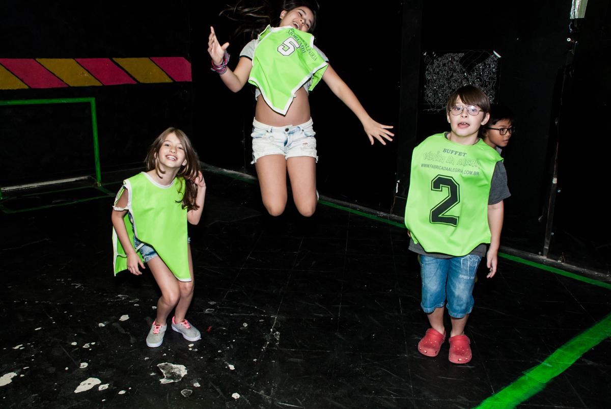 futebol no escuro divertido no Buffet Fábrica da Alegria, Morumbi, São Paulo, aniversário de Isabela 6 anos, tema da festa Elena de Avalor