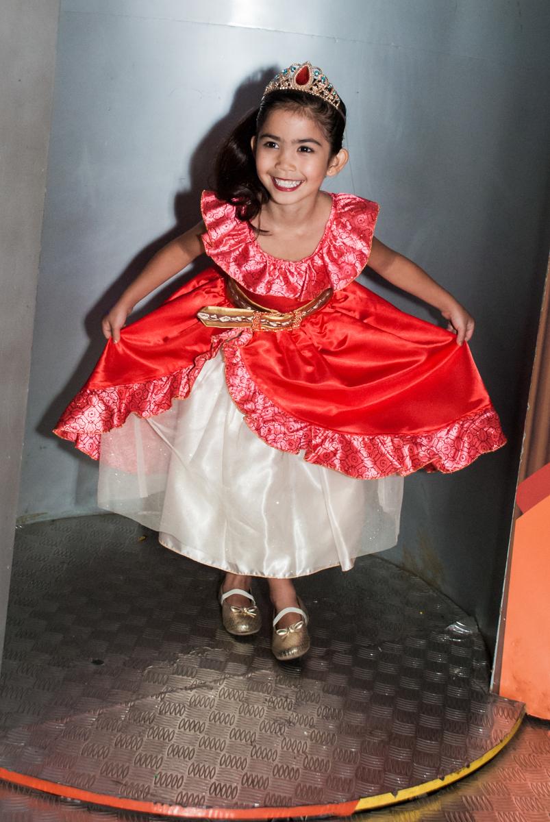 pose para a foto na máquina do parabéns no Buffet Fábrica da Alegria, Morumbi, São Paulo, aniversário de Isabela 6 anos, tema da festa Elena de Avalor