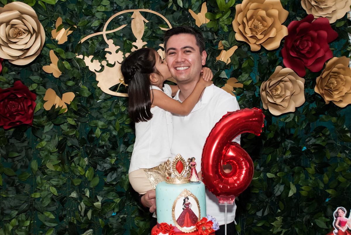 foto pai e filho no Buffet Fábrica da Alegria, Morumbi, São Paulo, aniversário de Isabela 6 anos, tema da festa Elena de Avalor