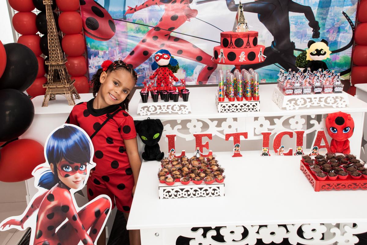 pose para a foto no Condominio Vila São Francisco aniversário de Letícia 5 anos, tema da festa miraculos