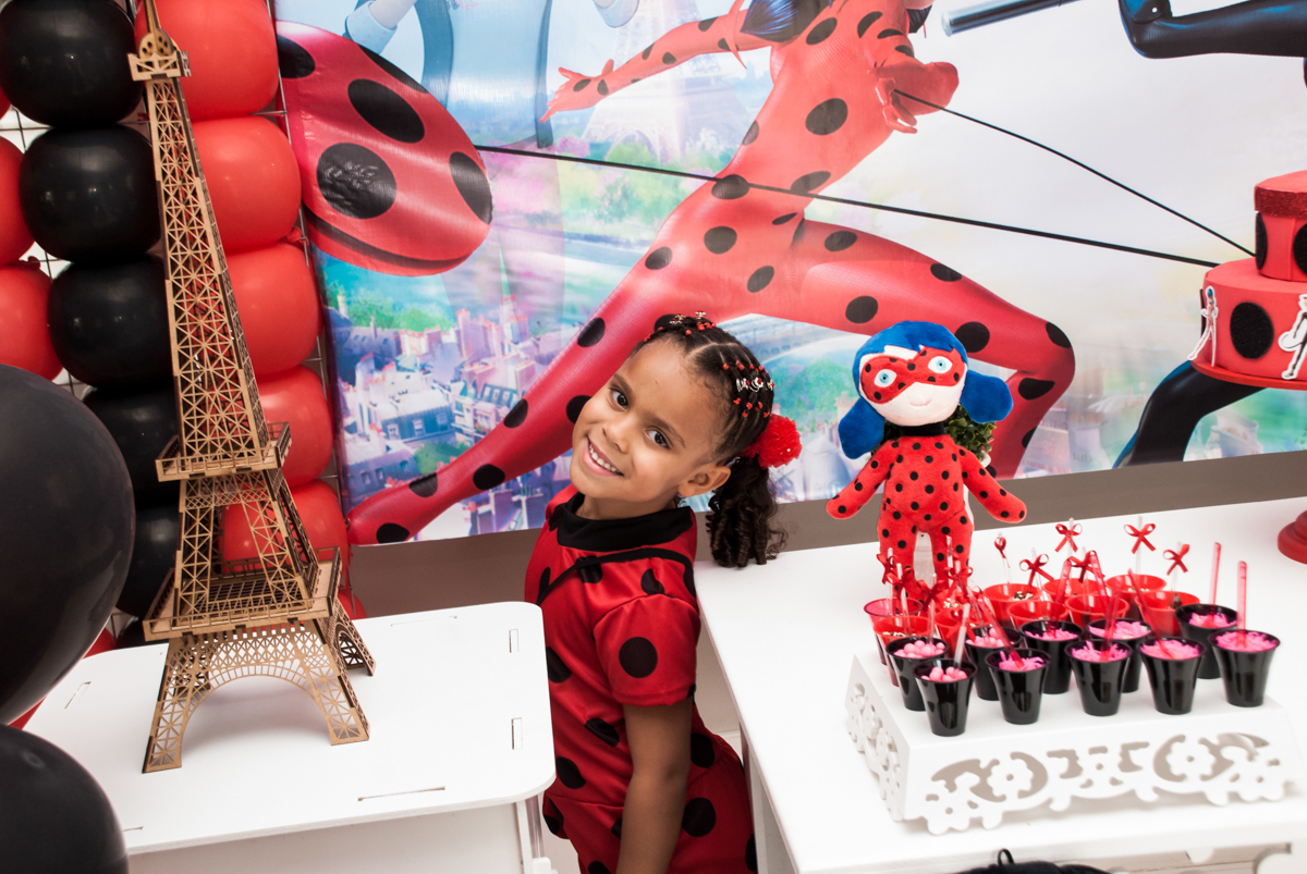 pose de princesa par a foto no Condominio Vila São Francisco aniversário de Letícia 5 anos, tema da festa miraculos