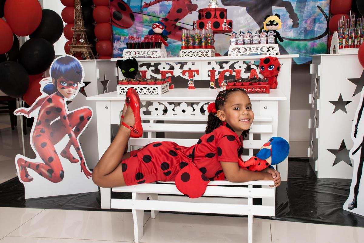 posando como modelo no Condominio Vila São Francisco aniversário de Letícia 5 anos, tema da festa miraculos