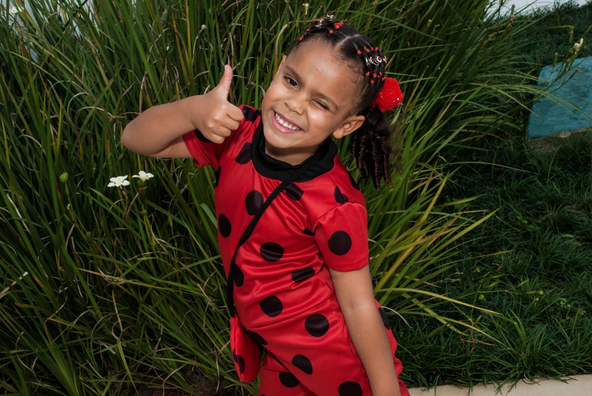 pose de positivo para a foto no Condominio Vila São Francisco aniversário de Letícia 5 anos, tema da festa miraculos