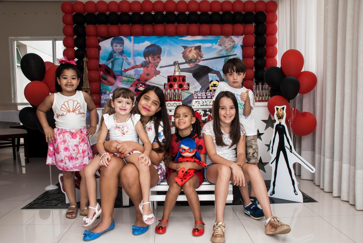 amigas sendo fotografadas no Condominio Vila São Francisco aniversário de Letícia 5 anos, tema da festa miraculos