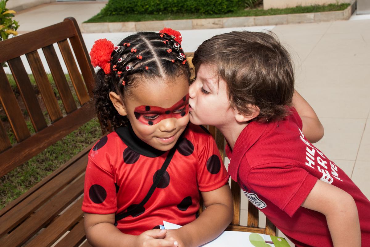 beijo do amigo no Condominio Vila São Francisco aniversário de Letícia 5 anos, tema da festa miraculos