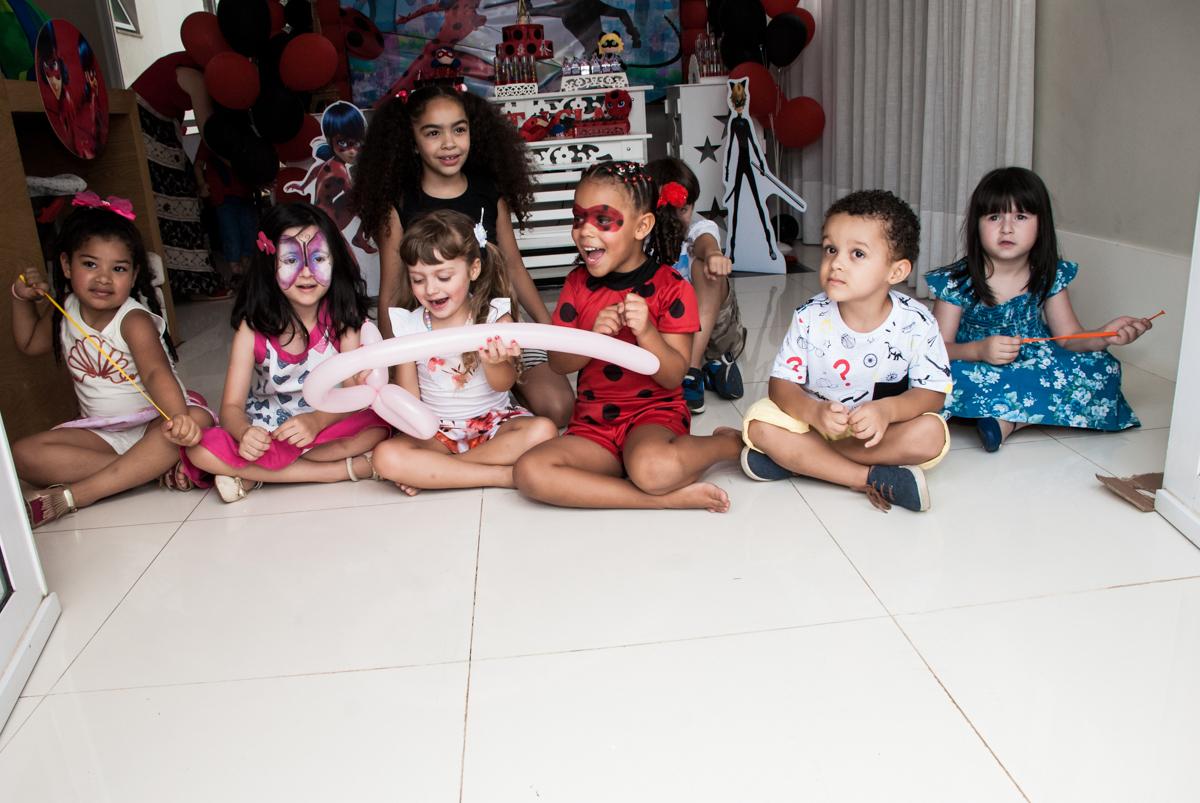 preparando para o show no Condominio Vila São Francisco aniversário de Letícia 5 anos, tema da festa miraculos