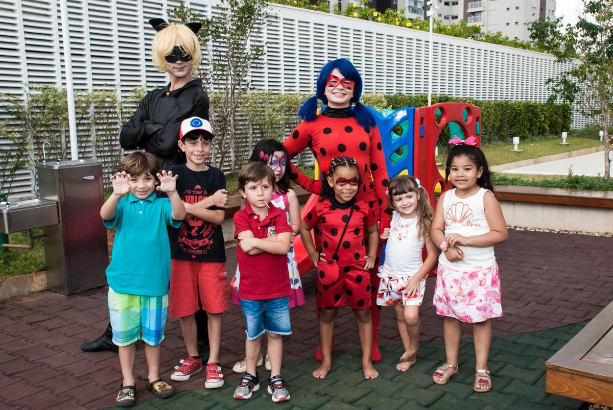 foto com os convidados no Condominio Vila São Francisco aniversário de Letícia 5 anos, tema da festa miraculos