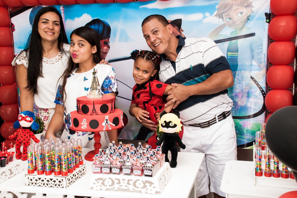 fotografia da família na mesa decorada no Condominio Vila São Francisco aniversário de Letícia 5 anos, tema da festa miraculos