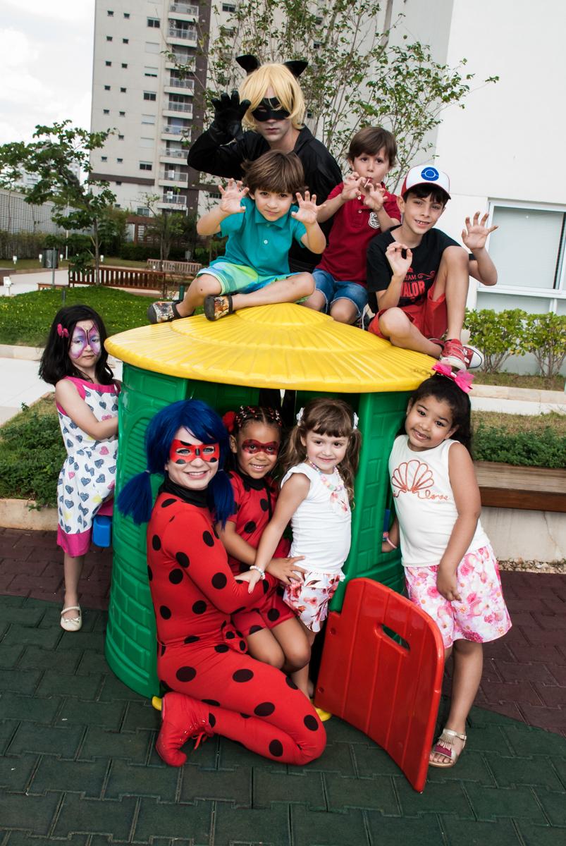 fotografia no play ground no Condominio Vila São Francisco aniversário de Letícia 5 anos, tema da festa miraculos