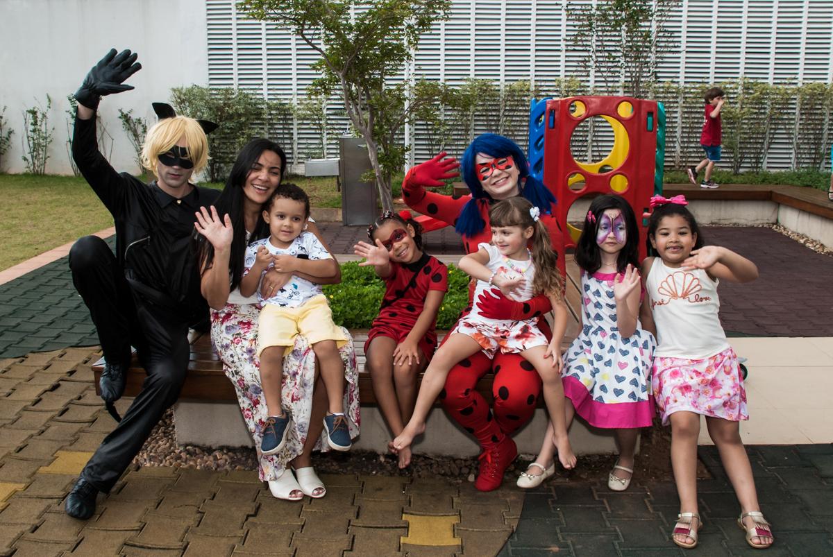 posando para a foto no jardim no Condominio Vila São Francisco aniversário de Letícia 5 anos, tema da festa miraculos
