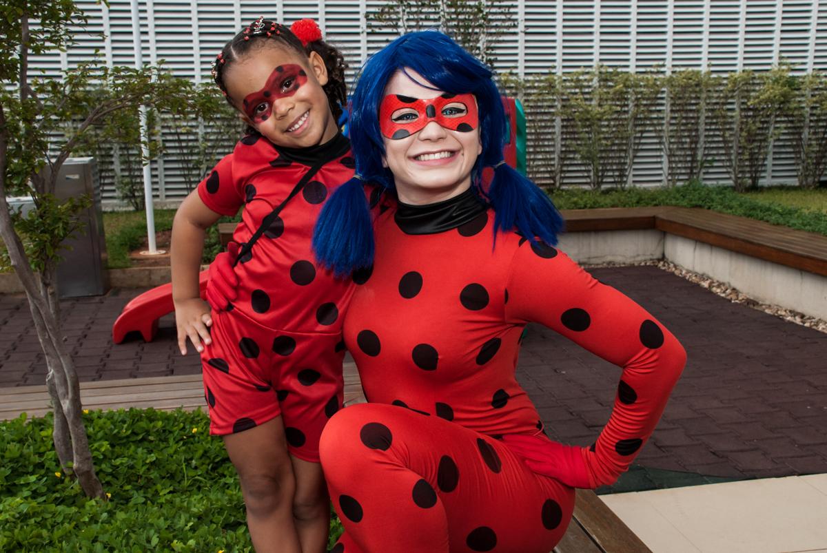 fantasia de lady bug no Condominio Vila São Francisco aniversário de Letícia 5 anos, tema da festa miraculos
