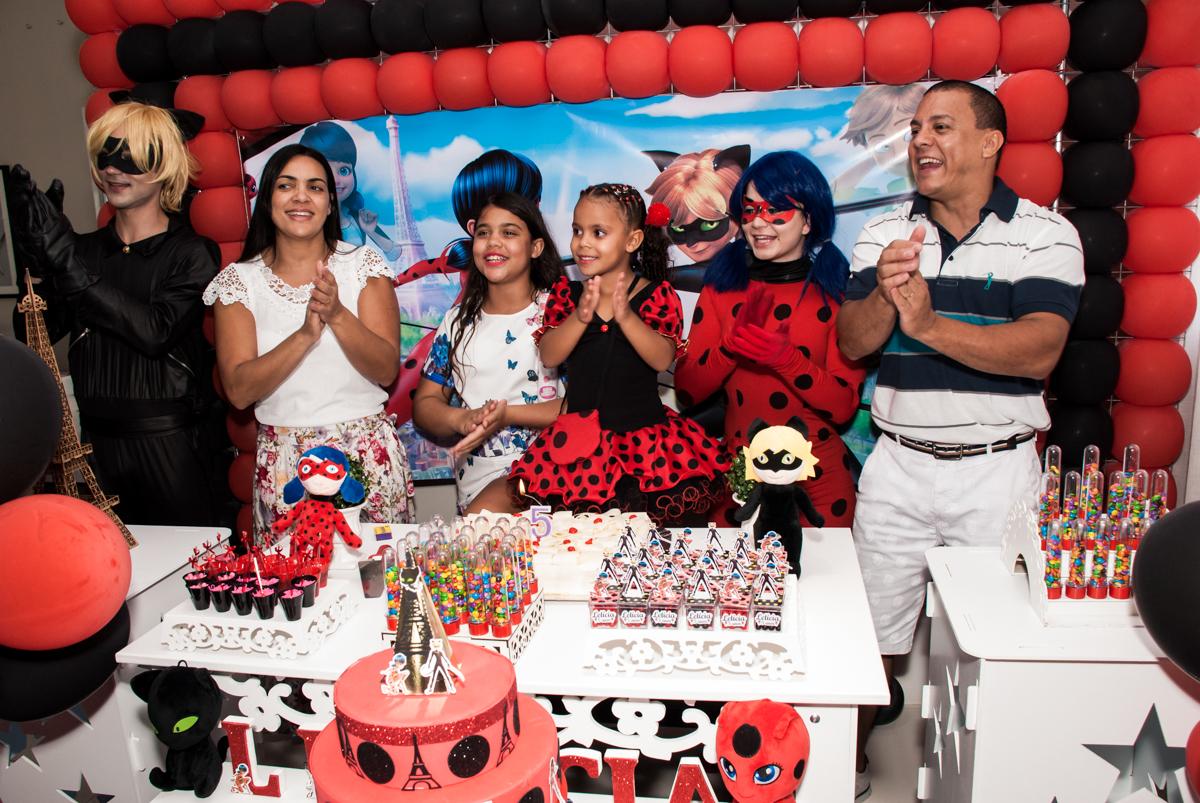 hora do parabéns no Condominio Vila São Francisco aniversário de Letícia 5 anos, tema da festa miraculos