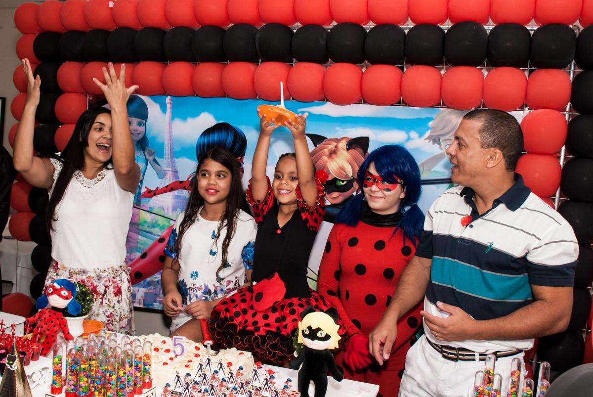 parabéns animado no Condominio Vila São Francisco aniversário de Letícia 5 anos, tema da festa miraculos