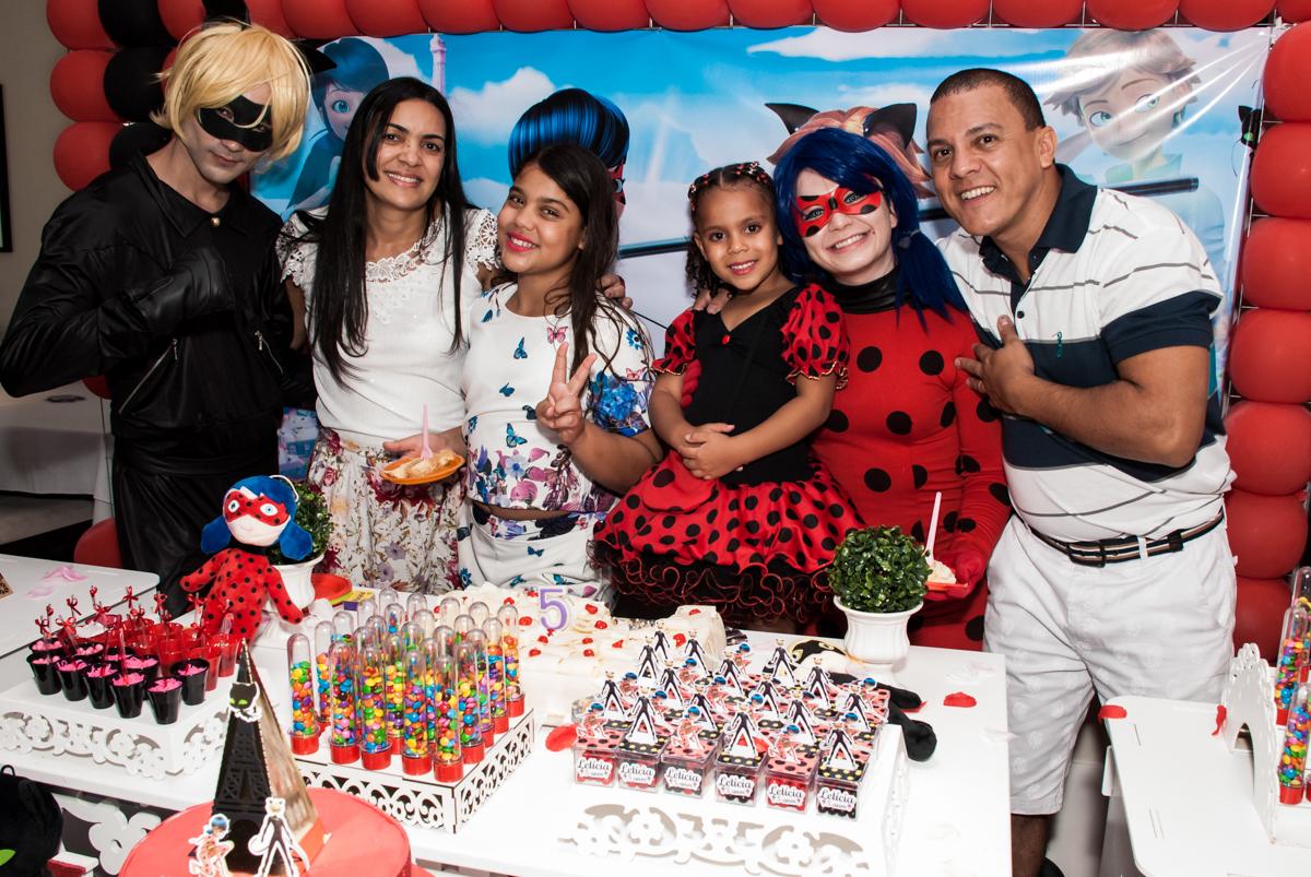 família na mesa do parabéns no Condominio Vila São Francisco aniversário de Letícia 5 anos, tema da festa miraculos