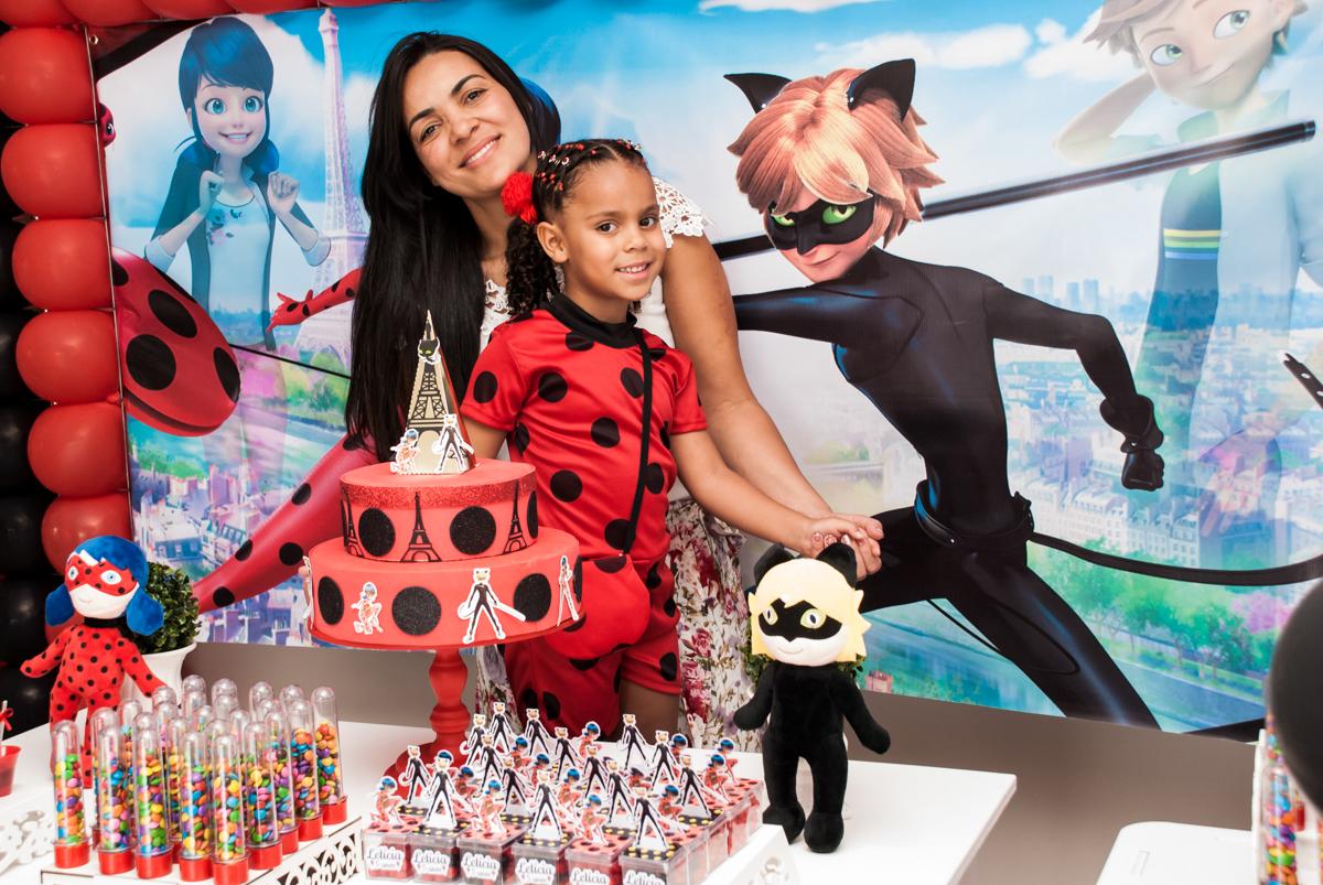 foto mãe e filha no Condominio Vila São Francisco aniversário de Letícia 5 anos, tema da festa miraculos