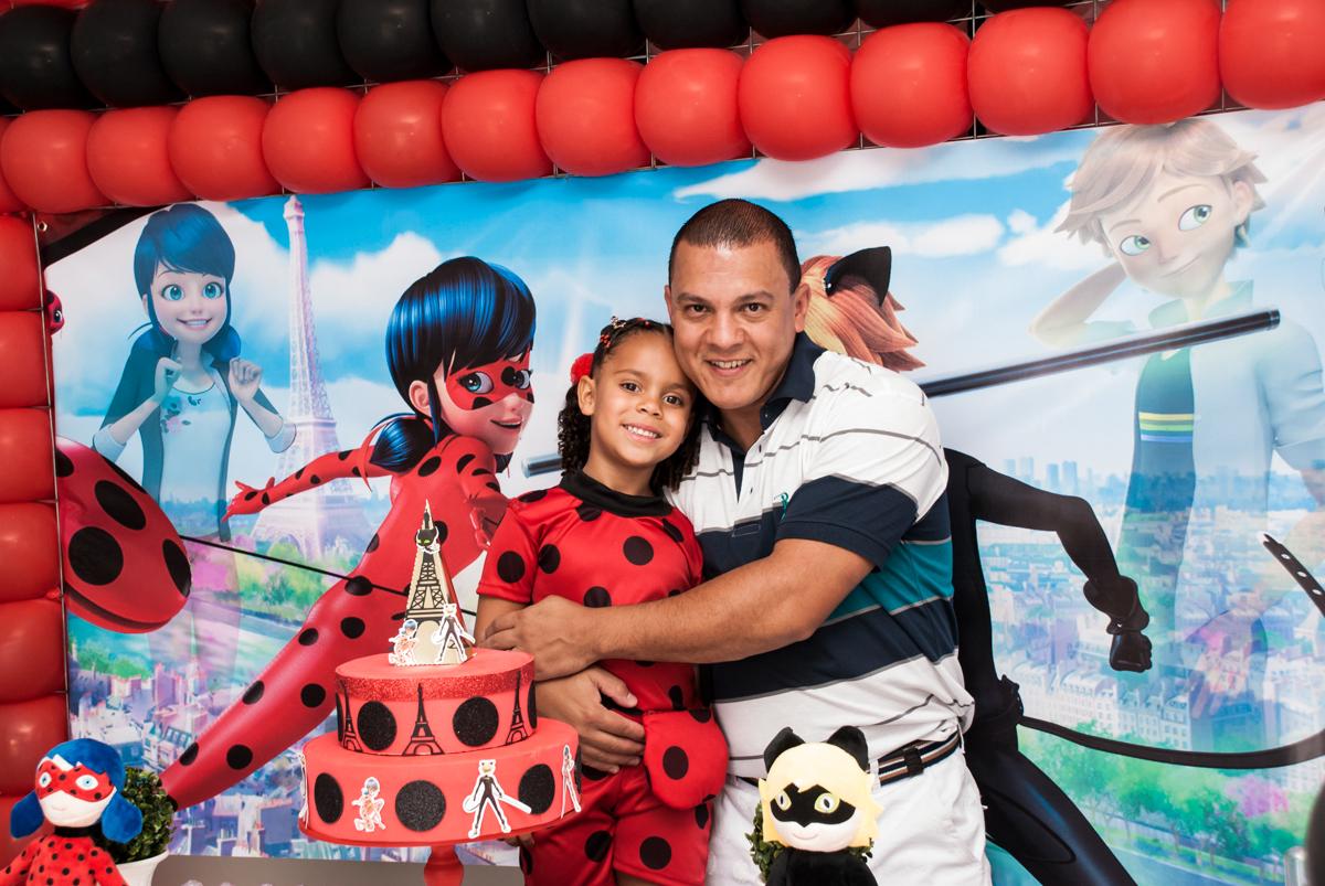 fotografia pai e filho no Condominio Vila São Francisco aniversário de Letícia 5 anos, tema da festa miraculos