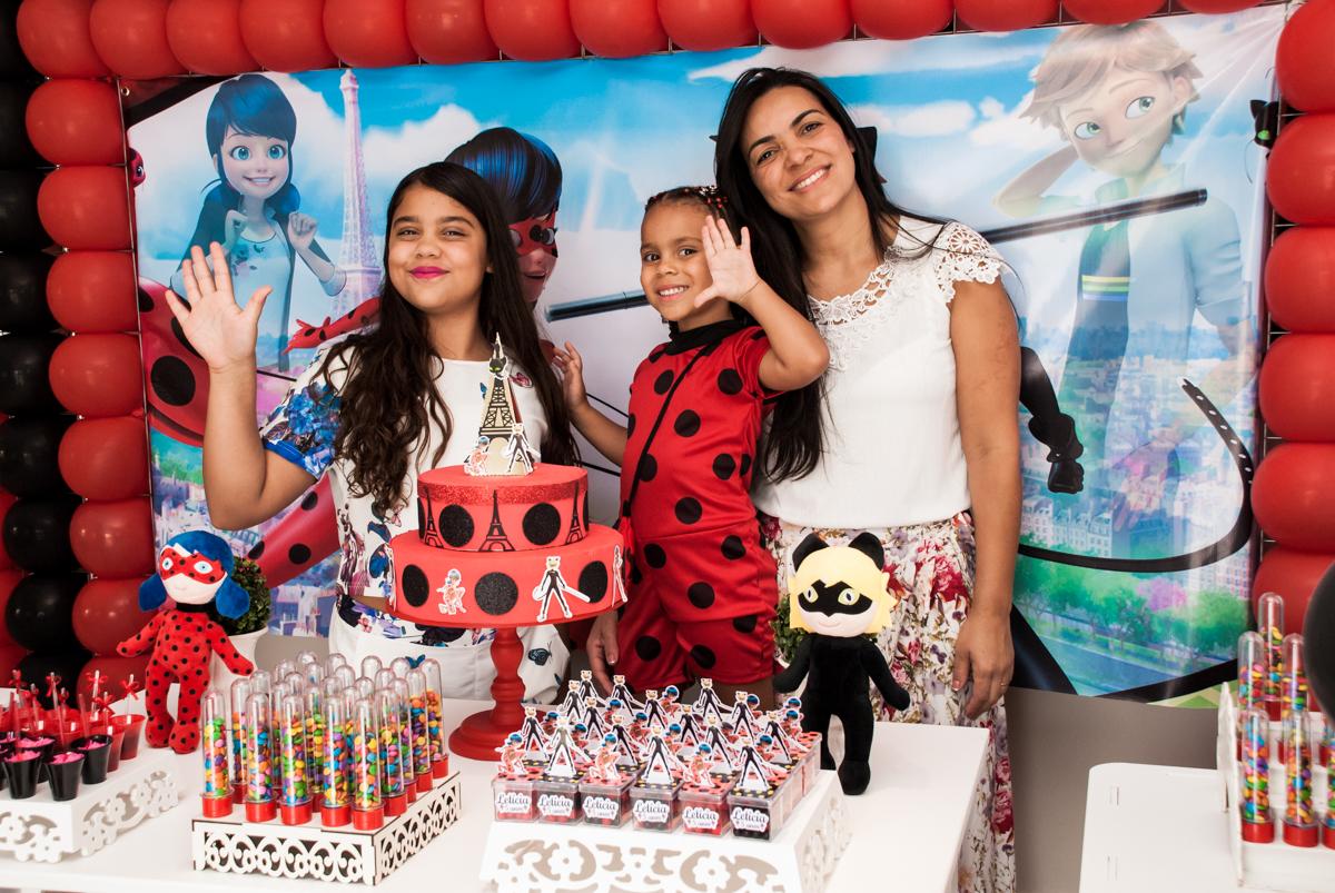fotografia com as filhas no Condominio Vila São Francisco aniversário de Letícia 5 anos, tema da festa miraculos