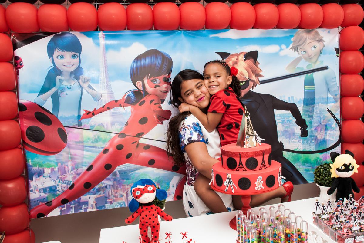 As irmãs posam para a foto no Condominio Vila São Francisco aniversário de Letícia 5 anos, tema da festa miraculos