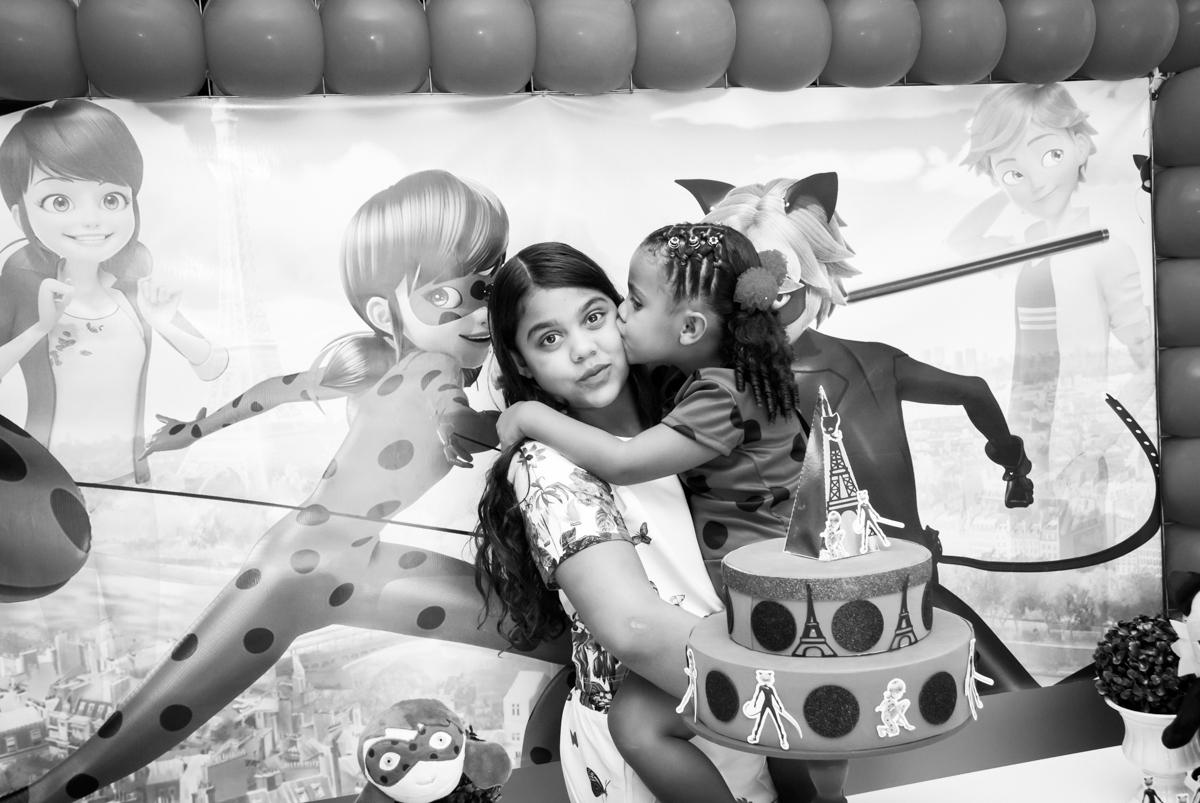 beijo de irmã no Condominio Vila São Francisco aniversário de Letícia 5 anos, tema da festa miraculos