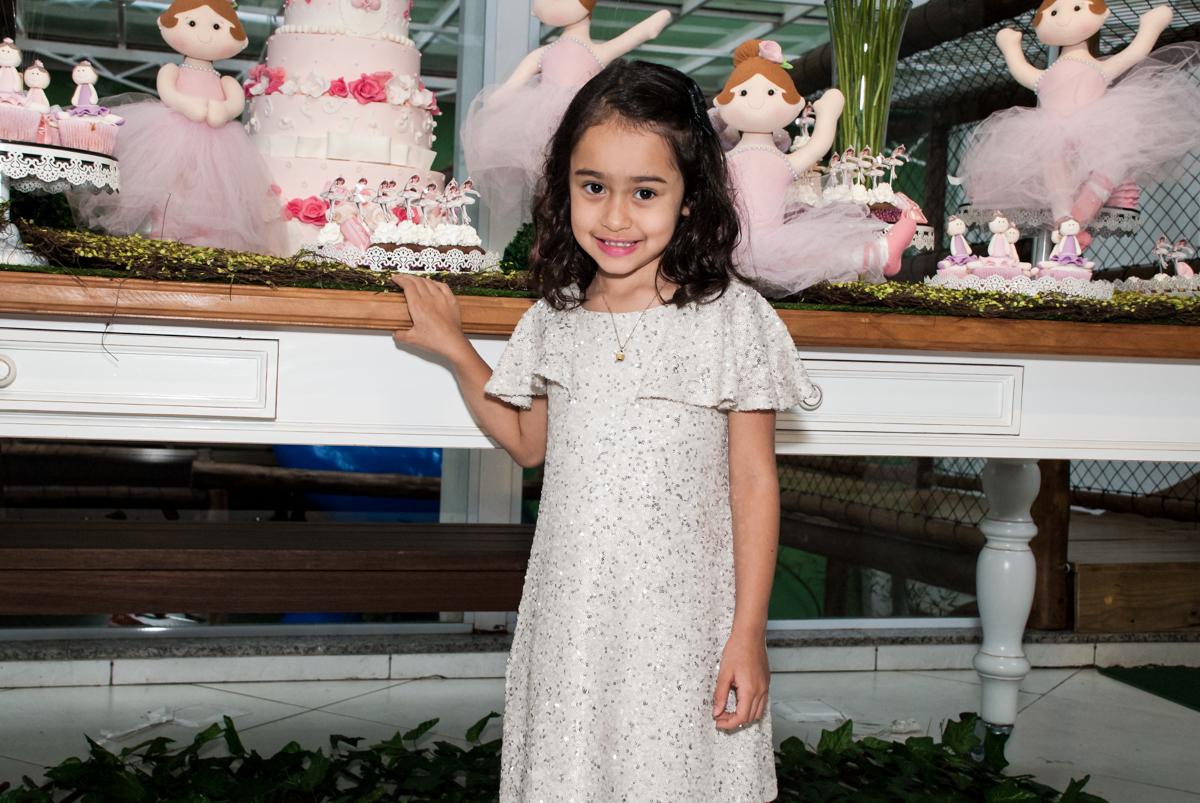 posando para a foto no Buffet Espaço Viva, Alto de Pinheiros, São Paulo, aniversário de Marina6 anos, tema da festa Bailarina