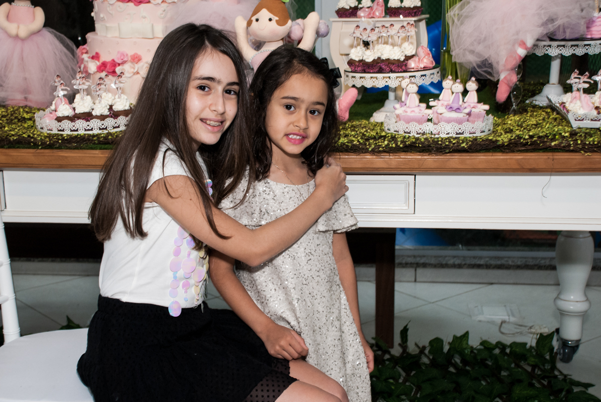 fotografia das irmãs no Buffet Espaço Viva, Alto de Pinheiros, São Paulo, aniversário de Marina6 anos, tema da festa Bailarina