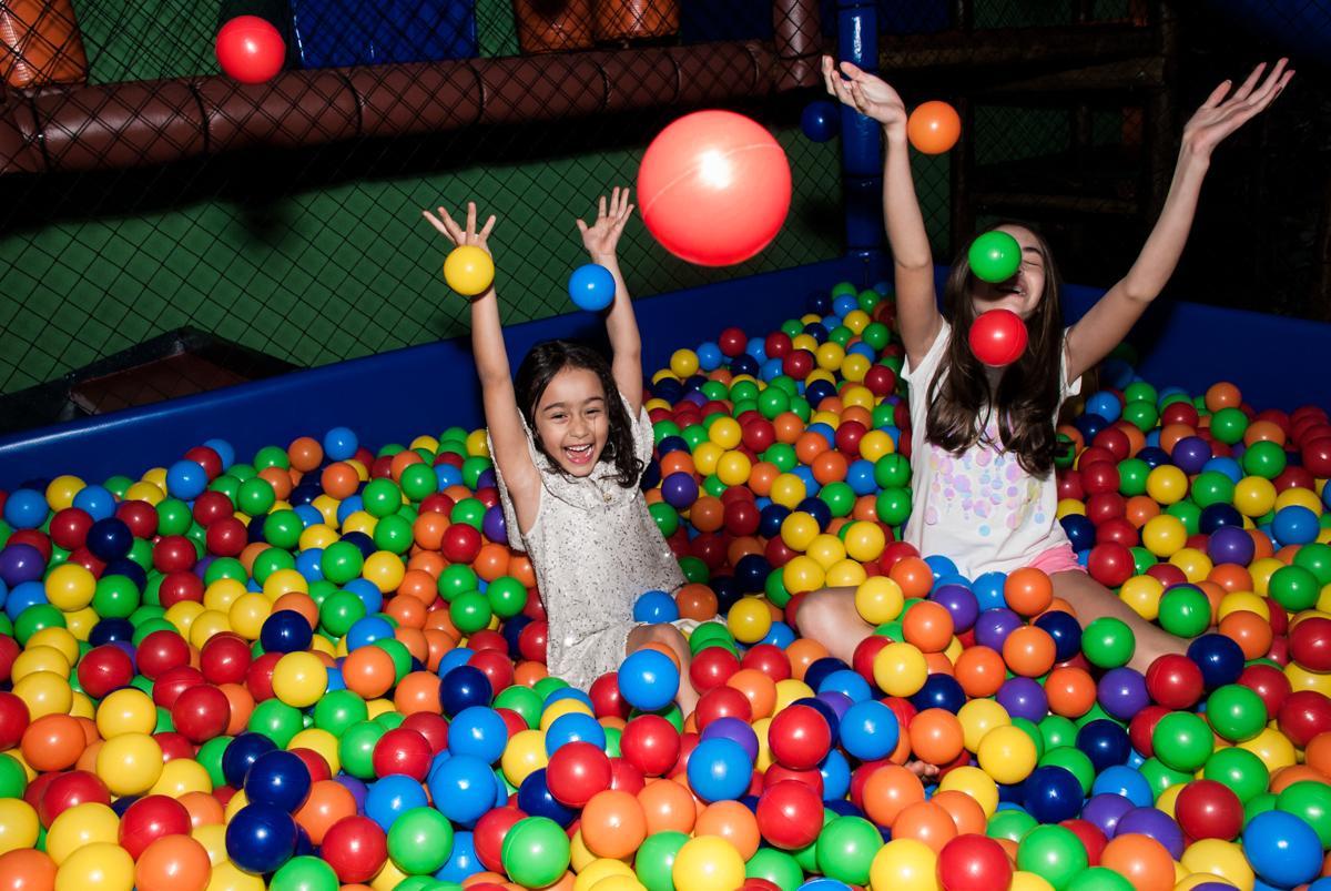 brincando na piscina de bolinhas no Buffet Espaço Viva, Alto de Pinheiros, São Paulo, aniversário de Marina6 anos, tema da festa Bailarina
