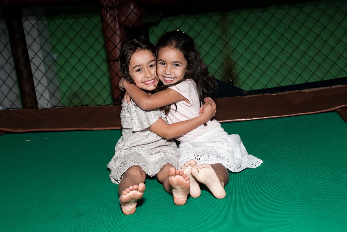 abraço na amiga no Buffet Espaço Viva, Alto de Pinheiros, São Paulo, aniversário de Marina6 anos, tema da festa Bailarina
