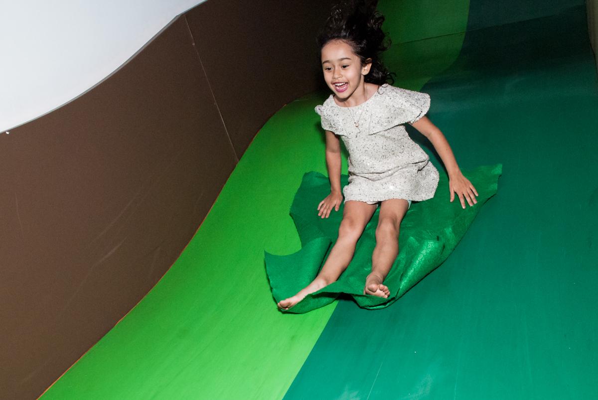mais diversão no escorregador no Buffet Espaço Viva, Alto de Pinheiros, São Paulo, aniversário de Marina6 anos, tema da festa Bailarina