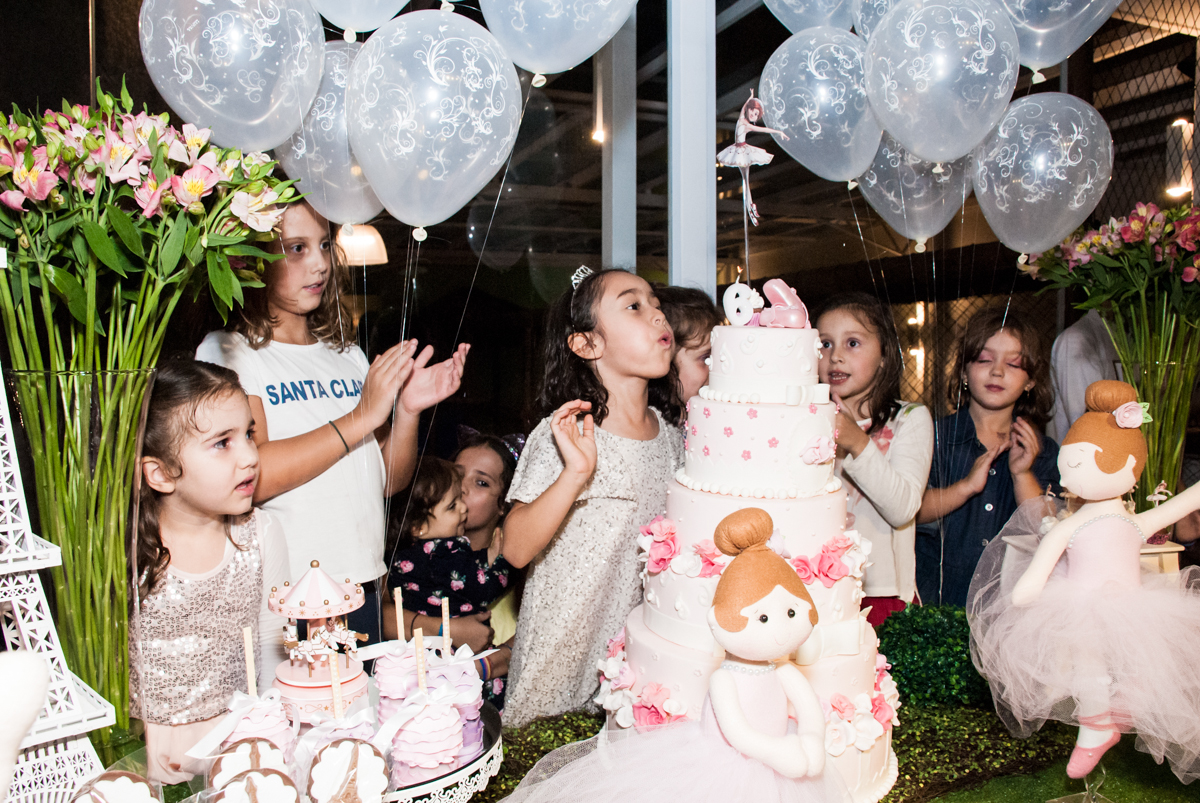 soprando a vela do bolo no Buffet Espaço Viva, Alto de Pinheiros, São Paulo, aniversário de Marina6 anos, tema da festa Bailarina