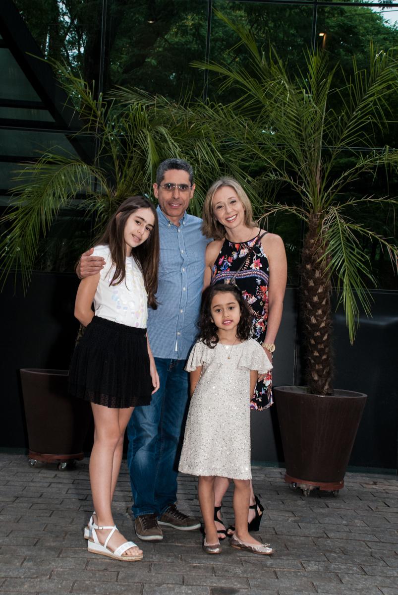 fotografia da família no Buffet Espaço Viva, Alto de Pinheiros, São Paulo, aniversário de Marina6 anos, tema da festa Bailarina