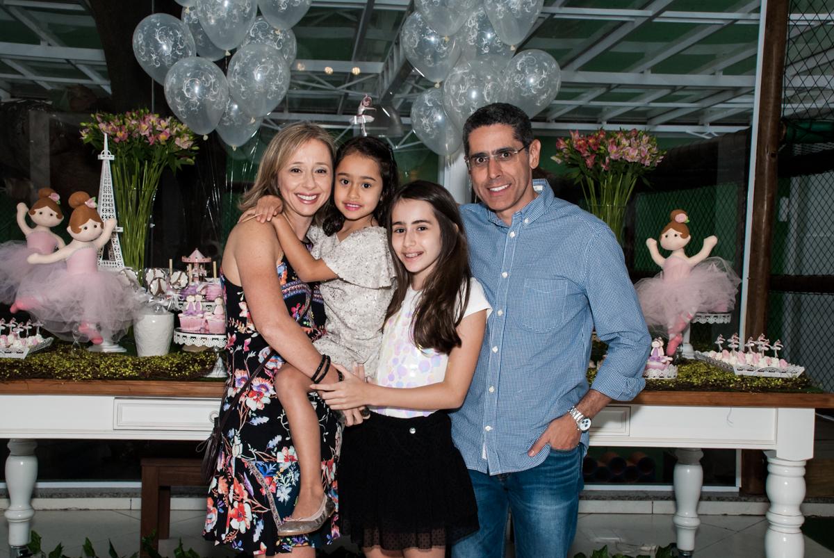 família sendo fotografada na mesa temática no Buffet Espaço Viva, Alto de Pinheiros, São Paulo, aniversário de Marina6 anos, tema da festa Bailarina
