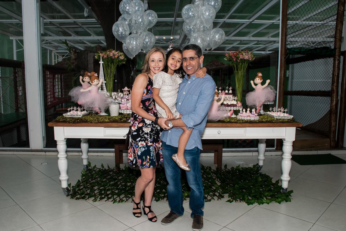 aniversariante faz foto com os pais no Buffet Espaço Viva, Alto de Pinheiros, São Paulo, aniversário de Marina6 anos, tema da festa Bailarina