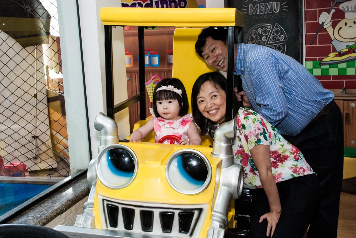 os pais também se diverte no carrinho no fotografia da família na mesa temática no Buffet Viva Vida, Butantã, São Paulo, aniversário de Julia Yumi, tema da festa Backardigans