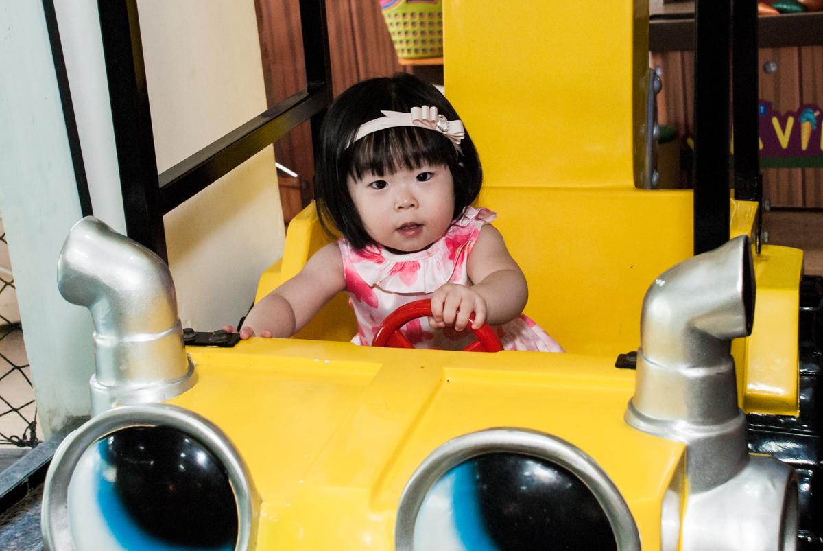 dirigindo o carrinho no fotografia da família na mesa temática no Buffet Viva Vida, Butantã, São Paulo, aniversário de Julia Yumi, tema da festa Backardigans
