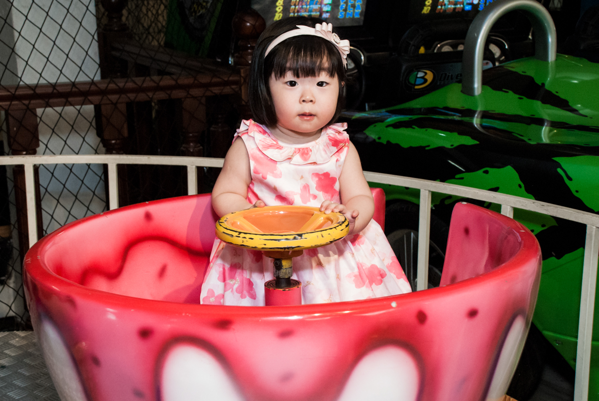dirugindo o carrinho no fotografia da família na mesa temática no Buffet Viva Vida, Butantã, São Paulo, aniversário de Julia Yumi, tema da festa Backardigans