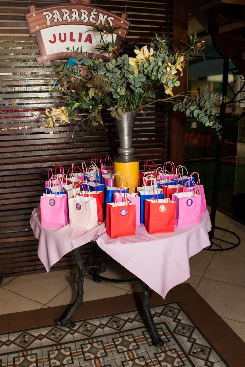 lembrancinha da festa para as crianças no Buffet Viva Vida, Butantã, São Paulo, aniversário de Julia Yumi, tema da festa Backardigans